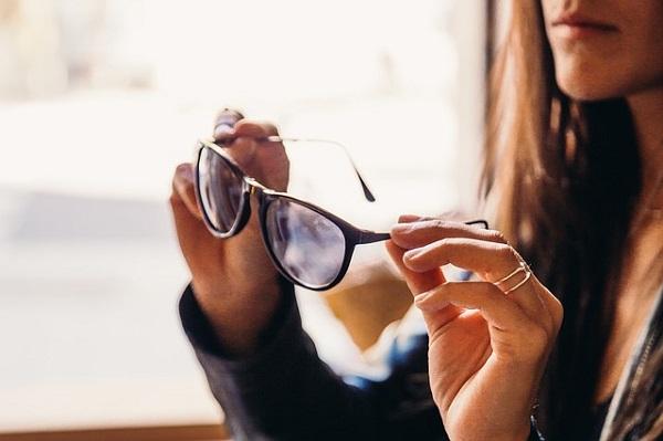 メガネを外す女性,眼精疲労