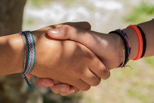 パートナーと握手