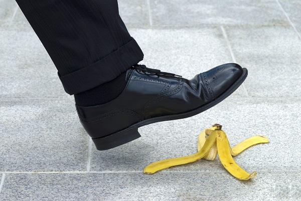 バナナを踏む男性