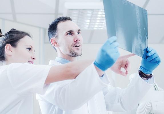 骨盤のレントゲンを見る医師