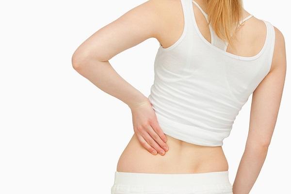 腰痛,腰を押さえる女性